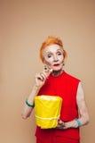Erstaunliche reife Rothaarigemodefrau, die Popcorn isst Lizenzfreies Stockbild