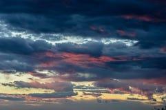 Erstaunliche rosa Wolken bei Sonnenuntergang Stockbilder