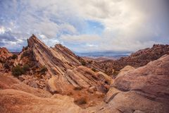 Erstaunliche rote felsige Berge von geologischen Abweichung Vasquez-Felsen, Los Angeles County Stockbild