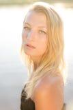Erstaunliche ruhige schöne blonde junge Frau auf Wasser Stockbild