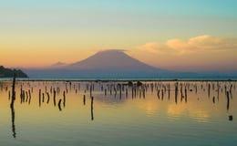 Erstaunliche schöne szenische Ansicht vom Strand von aktiver Vulkan Berg Agung in Bali-Insel von Indonesien auf Sonnenuntergang i Lizenzfreies Stockfoto
