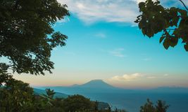 Erstaunliche schöne szenische Ansicht von aktiver Vulkan Berg Agung in Bali-Insel von Indonesien auf Sonnenuntergang in Asien-Rei Lizenzfreie Stockfotografie