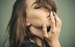 Erstaunliche Sch?nheit Mode-Modell Girl Art und Weiseblick Frau mit den sinnlichen Lippenblicken attraktiv Berufsmake-upkonzept stockbild