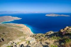 Erstaunliche Schachtansicht mit blauer Lagune auf Kreta Stockbilder