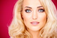 Erstaunliche sinnliche blonde Frau Stockfotografie