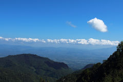 Erstaunliche Sommerberglandschaft mit blauem Himmel Stockbild