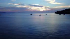 Erstaunliche Sonnenaufganggesamtlänge auf tropischem Meer stock video