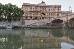 Erstaunliche Sonnenuntergangansicht des Obersten Gerichts der Aufhebung und des Tiber-Flusses in der Stadt von Rom, Italien lizenzfreie stockbilder
