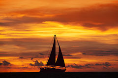 Erstaunliche Sonnenunterganglandschaft und -schiff Stockfotos