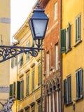 Erstaunliche Straßenlaterne im historischen Bezirk von Pisa lizenzfreie stockfotos