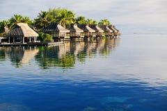 Erstaunliche tropische Rücksortierung mit Hütten über Wasser stockfotos