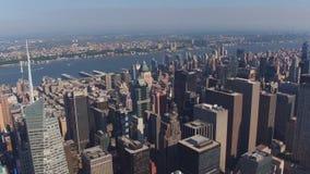 Erstaunliche Vogelaugenvogelperspektive auf berühmten modernen Wolkenkratzern und Türmen New York stock video