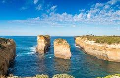 Erstaunliche Vogelperspektive des Kalksteins schaukelt über den Ozean, großes OC Lizenzfreie Stockfotos