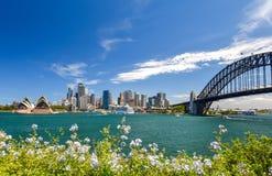 Erstaunliche Weitwinkel- Stadtskylineansicht des Hafengebiets Sydneys CBD bei Kreis-Quay mit der Oper und der Hafenbrücke Stockbilder