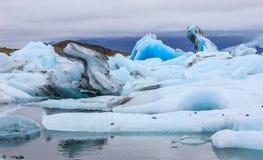 Erstaunliche Wintertages-Ansicht von Jokulsarlon, Glazial- Flusslagune, großer Glazial- See, Südost-Island, am Rand Vatnajökull Lizenzfreie Stockfotos