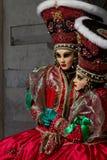 Erstaunliche Zwillingspaare mit großem Hut und venetianische Maske während Venedig-Karnevals stockfoto