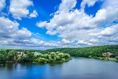 Erstaunlicher blauer See und Himmel mit Wolken Stockbild