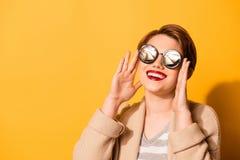 Erstaunlicher Blick eines netten Mädchens mit dem entzückenden Lächelntragen stilvoll Lizenzfreie Stockfotografie