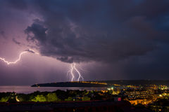 Erstaunlicher Blitz über der Stadt Lizenzfreies Stockfoto