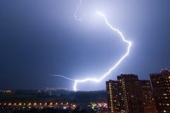 Erstaunlicher Blitzschlag über Stadt Stockbilder