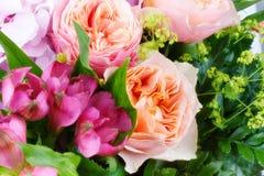 Erstaunlicher Blumenblumenstrauß mit Rosen lizenzfreies stockfoto