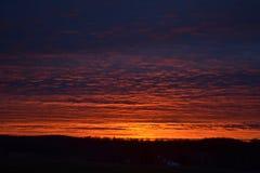 Erstaunlicher brennender dunkler Sonnenaufgang im Sommer Lizenzfreies Stockfoto