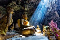 Erstaunlicher Buddhismus mit dem Strahl des Lichtes in der Höhle Lizenzfreie Stockbilder