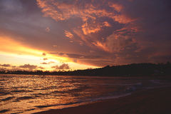 Erstaunlicher bunter Sonnenuntergang in Unawatuna-Strand, Sri Lanka Lizenzfreie Stockbilder