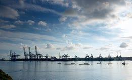 Erstaunlicher drastischer Himmel, Wolkenbildung und industrieller Frachtbezirk auf dunklem Hintergrund. Frachthafen in Birzebugga, Stockfotografie