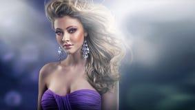 Erstaunlicher flüchtiger Blick sexy blonder Dame Stockbilder