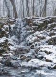 Erstaunlicher gefrorener Wasserfall Gefrorener Wasserfall im Wald lizenzfreie stockbilder