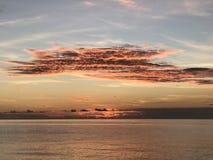 Erstaunlicher Himmel bei dem Sonnenuntergang auf dem Indischen Ozean, Malediven Lizenzfreies Stockfoto