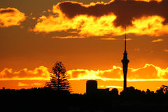 Erstaunlicher Himmel-Kontrollturm-Sonnenuntergang stockbilder