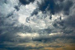 Erstaunlicher Himmel und dunkle Sturmwolke Stockfotos