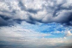Erstaunlicher Himmel und dunkler Sturmwolkenhintergrund Stockbild