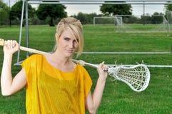 Erstaunlicher junger blonder weiblicher Lacrossespieler Stockfoto