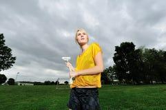 Erstaunlicher junger blonder weiblicher Lacrossespieler Stockbilder
