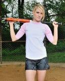 Erstaunlicher junger blonder weiblicher Softballspieler Lizenzfreie Stockfotos