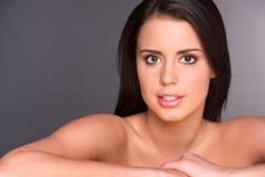 Erstaunlicher junger Schönheits-Abschluss herauf Porträt-Kopf-Schultern Lizenzfreie Stockbilder