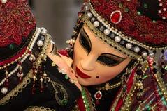 Erstaunlicher Kuss mit venetianischer Maske während Venedig-Karnevals Lizenzfreie Stockfotografie