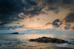 Erstaunlicher Landschaftsdämmerungssonnenaufgang mit felsiger Küstenlinie und langem ex Stockfotos