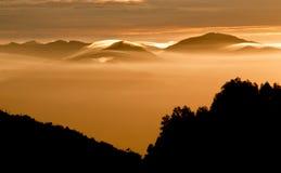 Erstaunlicher nebeliger Sonnenaufgang lizenzfreie stockfotografie