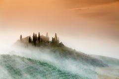 Erstaunlicher nebeliger Sonnenaufgang in der Landschaft von Toskana, Italien Lizenzfreies Stockbild