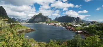 Erstaunlicher Panoramablick von Inseln Reine und Lofoten gestalten im Sommer landschaftlich stockbild