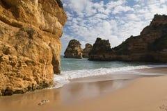 Erstaunlicher sandiger Camilo-Strand mit Klippen im blauen Himmel Lizenzfreies Stockfoto