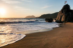 Erstaunlicher sandiger Strand mit Meer und Wolken, Korfu Lizenzfreie Stockfotos