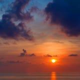 Erstaunlicher schöner Sonnenaufgang über dem Meer Stockfoto