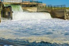 Erstaunlicher schöner und starker Wasserfall an der Industrielandschaft und -strand Lizenzfreies Stockbild