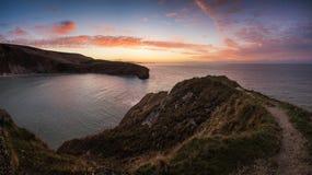 Erstaunlicher Sommersonnenaufgang über ruhiger Ozeanlandschaft Stockfoto
