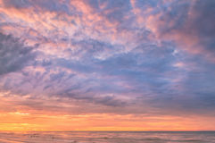 Erstaunlicher Sonnenaufgang über dem Meer an Rayong-Strand Stockfotos